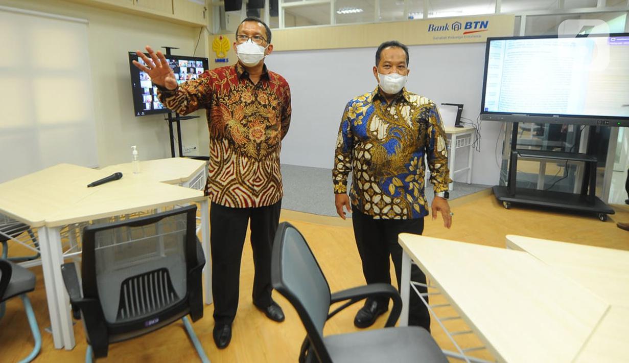 Direktur Utama Bank BTN Haru Koesmahargyo (kiri) didampingi Rektor Universitas Negeri Semarang (Unnes) Fathur Rokhman (kanan) sarana dan prasarana laboratorium digital di lingkungan kampus Unnes Semarang, Jumat (11/6/2021). (Liputan6.com/HO/BTN)