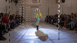 Seorang model mempersembahkan kreasi desainer Estonia Kristel Kuslapuu pada festival mode Fashion Infection di Vilnius, Lithuania, Jumat (16/10/2020). Fashion Infection merupakan festival mode tahunan paling terkemuka di Lithuania. (AP Photo/Mindaugas Kulbis)