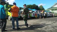 Armada bantuan bencana banjir pada 4 kabupaten di Sultra, dikawal anggota TNI untuk mengantisipasi potensi penjarahan dari warga. (Liputan6.com/Ahmad Akbar Fua)