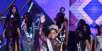 Anindya Kusuma Putri dengan mengenakan mahkota dan berselempang bertuliskan Puteri Idonesia 2015 berjalan sembari melambaikan tangannya dipanggung pemilihan Puteri Indonesia baru. (Nurwahyunan/Bintang.com)