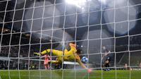 Samir Handanovic ketika gawangnya dibobol Malcom. (AFP/Javier Soriano)