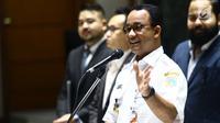 Gubernur DKI Jakarta Anies Baswedan (kiri) memberi sambutan saat pelantikan anggota Himpunan Pengusaha Muda Indonesia Jakarta (HIPMI Jaya) di Balai Kota Jakarta, Rabu (12/12). (Liputan6.com/Angga Yuniar)