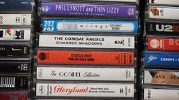 Sejumlah kaset dijual di Mars Tapes, Manchester, Inggris, 4 September 2021. Toko yang terselip pada sudut lantai atas pasar dalam ruangan di Manchester ini menjadi toko terakhir di Inggris yang didedikasikan untuk menjual kaset. (PAUL ELLIS/AFP)