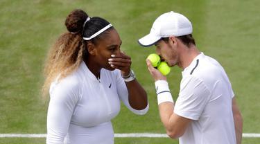 Petenis Serena Williams berbicara dengan Andy Murray saat menghadapi pasangan ganda campuran Bruno Soares/Nicole Melichar pada laga 16 besar Wimbledon 2019 di London, Inggris, Rabu (10/7/2019). Serena Williams/Andy Murray gagal melaju ke babak perempat final. (AP Photo/Kirsty Wigglesworth)