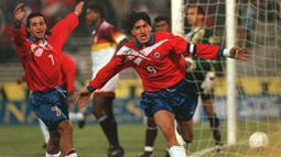 Ivan Zamorano merupakan pemain senior yang berhasil antar Timnas Chile menyabet medali perunggu Olimpiade Sydney 2000. Bam Bam (julukan Zamorano) juga dinobatkan sebagai top skor pada Olimpiade musim panas tersebut dengan menorehkan enam gol. (Foto: AFP/Martin Thomas)