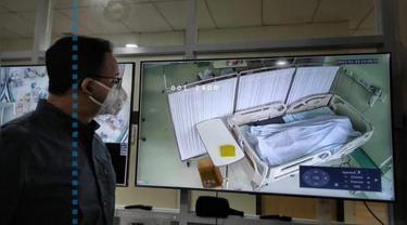 Gubernur DKI Anies Baswedan memperlihatkan gambar jenazah pasien Covid-19 di rumah sakit