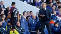 Pelatih Manchester City, Josep Guardiola mengintruksikan penyerang City, Sergio Aguero pada pertandingan melawan Tottenham Hostpur di Liga Inggris, London (2/10). City kalah atas Tottenham Hostpur dengan skor 2-0. (REUTERS/ Eddie Keogh)