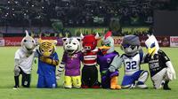Sejumlah maskot klub saat tampil pada pembukaan Shopee Liga 1 2020 di Stadion Gelora Bung Tomo, Surabaya, Sabtu (29/2). Sebanyak 18 klub akan berlaga dalam kompetisi kasta tertinggi di Indonesia ini.(Bola.com/Aditya Wany)