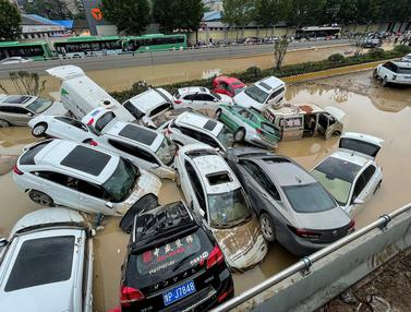 Penampakan Mobil-Mobil  Bertumpuk Akibat Banjir di Henan