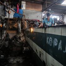 Pekerja membongkar Koperasi Angkutan Jakarta (Kopaja) yang akan diremajakan di kawasan Meruya, Jakarta Barat, Rabu (27/1/2021). Kopaja yang tak lagi digunakan tersebut dihancurkan untuk dijual secara kiloan ke penjual besi tua. (Liputan6.com/Johan Tallo)