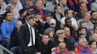 Pelatih Chelsea, Antonio Conte, tampak kecewa usai ditaklukkan Crystal Palace pada laga Premier League di Stadion Selhurst Park, Sabtu (14/10/2017). Crystal Palace menang 2-1 atas Chelsea. (AP/Alastair Grant)
