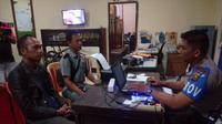 Sobirin melaporkan tiga oknum polisi Palembang yang telah menganiayanya ke Propam Polresta Palembang (Liputan6.com / Nefri Inge)