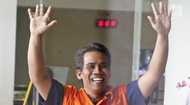 Gaya terduga penyuap Bupati Subang Imas Aryumningsih, Data seusai menjalani pemeriksaan di Gedung KPK, Jakarta, Rabu (21/3). Data diperiksa sebagai tersangka suap terkait perizinan di Pemkab Subang. (Liputan6.com/Herman Zakharia)