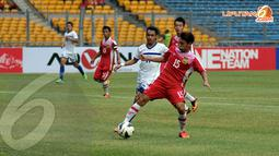 Pemain Laos bernomor 15, Xouxana Sihalath mencoba menghadang serangan Filipina yang dibangun Benedicto (11) (Liputan6.com/ Helmi Fithriansyah)