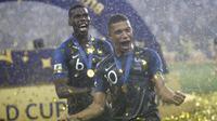 Pogba dan Mbappe merayakan kesuksesan Prancis menjadi juara Piala Dunia 2018. (AP/Matthias Schrader)