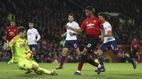 Kiper Bournemouth, Asmir Begovic, menghalau tendangan striker Manchester United, Marcus Rashford, pada laga Premier League di Stadion Old Trafford, Manchester, Minggu (30/12). MU menang 4-1 atas Bournemouth. (AP/Martin Rickett)