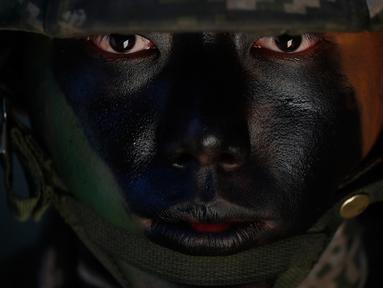 Seorang marinir Korea Selatan mengamankan area selama latihan reguler mereka di Pulau Yeonpyeong, Korea Selatan (1/11). AS dan Korsel sedang meninjau akan melakukan latihan militer skala besar tahun depan sebelum Desember. (AP Photo/Jeon Heon-kyun)