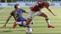 Pemain AC Milan Theo Hernandez (kanan) menggiring bola melewati pemain AS Roma Davide Zappacosta pada pertandingan Serie A di Stadion San Siro, Milan, Minggu (28/6/2020). AC Milan naik ke posisi 7 klasemen dengan 42 poin usai mengalahkan AS Roma 2-0. (AP Photo/Luca Bruno)