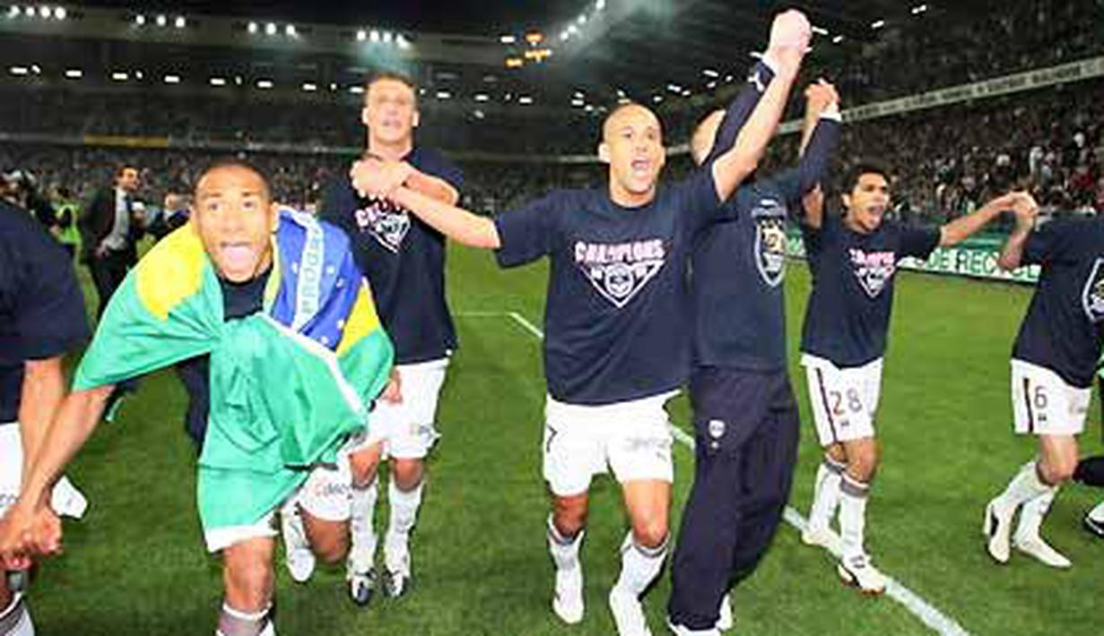Bordeaux' players jubilate at the end of the French L1 match Caen vs Bordeaux on May 30, 2009 at Michel d'Ornano stadium. Bordeaux clinched their first French league championship title in 10 years. AFP PHOTO/KENZO TRIBOUILLARD