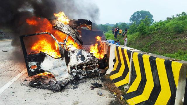 Mobil yang terbakar akibat kecelakaan di Tol Madiun-Nganjuk KM 631 pada Kamis, 3 Desember 2020 (Foto: Dok Istimewa)