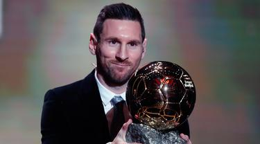 Pemain Barcelona Lionel Messi memegang trofi Ballon d'Or 2019 di Chatelet Theatre, Paris, Prancis, Senin (2/12/2019). Messi mengukir sejarah dengan memenangkan Ballon d'Or untuk keenam kalinya. (AP Photo/Francois Mori)
