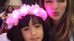 Selanjutnya, ada Nia Ramadhani yang sudah memiliki tiga orang anak. Jauh dari kesan ibu-ibu, Nia tak kalah cantik dan menggemaskan dari anak sulungnya, Mikhayla Zalindra Bakrie. (Instagram/ramadhaniabakrie)