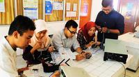 Lima mahasiswa Unair Surabaya menciptakan alat deteksi serangan jantung. (Liputan6.com/Dhimas Prasaja)