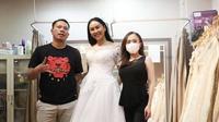Vicky Prasetyo dan Kalina Ocktaranny fitting baju pengantin (Sumber: KapanLagi.com®/Bayu Herdianto)