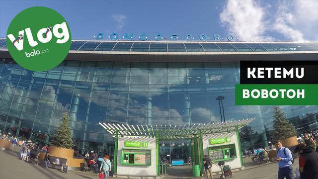 Berita video VLOG Bola.com kali ini jalan-jalan ke Moscow, Rusia, untuk meliput Piala Dunia 2018. Pada saat sampai di bandara Domodedovo, Moscow, Bola.com bertemu dengan salah satu bobotoh yang doyan nonton langsung Piala Dunia.