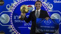 Wasit Yadi Nur Cahya menerima penghargaan sebagai wasit terbaik pada Indonesian Soccer Awards 2019 di Studio Indosiar, Jakarta, Jumat (10/12). Acara ini diadakan oleh Indosiar bersama APPI. (Bola.com/Vitalis Yogi Trisna)