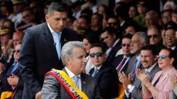 Presiden Ekuador Lenin Moreno mengenakan kursi roda saat menghadiri upacara militer Hari Kemerdekaan di Quito, Ekuador, (10/8). Ekuador diumumkan Hari Kemerdekaannya pada 10 Agustus 1809. (AP Photo/Dolores Ochoa)