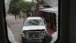 Tampak dari kaca sebuah mobil rusak akibat bentrokan yang terjadi antara pengunjuk rasa dan polisi di Nikaragua, Kamis (8/10/2015). Seorang polisi tewas dan 23 lainnya terluka akibat bentrokan tersebut. (REUTERS/Oswaldo Rivas)