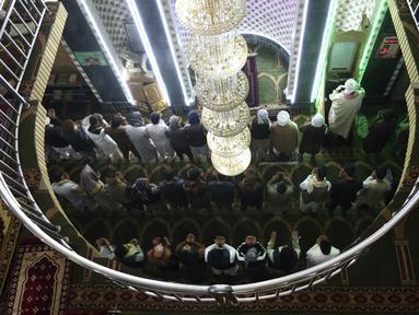 Umat muslim melaksanakan salat berjemaah pada hari pertama bulan Ramadan di sebuah masjid di Kabul, Afghanistan, Jumat (24/4/2020). Mereka melaksanakan salat di tengah kekhawatiran akan penularan virus corona COVID-19. (AP Photo/Rahmat Gul)