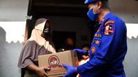 Dirpolair Korpolairud Baharkam Polri Brigjen Pol Mohammad Yassin Kosasih bersama jajaran pejabat utama Mabes Polri membagikan paket sembako