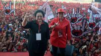 Ketua Umum PDI Perjuangan Megawati Soekarno Putri dan Puan Maharani salam tiga jari pada Apel Siaga PDI Perjuangan Setia Megawati, Setia NKRI di Stadion Manahan, Solo, Jawa Tengah, Jumat (11/5). (Liputan6.com/HO/Ivan)
