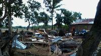 Angin puting beliung memorak-porandakan 3 desa di Kabupaten Bulukumba, Sulawesi Selatan, Minggu (29/11/2015). (Liputan6.com/Eka Hakim)