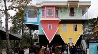 Sebuah rumah unik berbentuk terbalik diserbu oleh pengunjung karena bentuknya