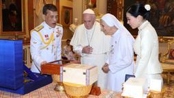 Paus Fransiskus ditemani oleh Suster Anna Rosa Sivori berbincang dengan Raja Thailand Maha Vajiralongkorn (tengah) dan Ratu Suthida (kanan) di Amporn Throne Hall Dusit Palace di Bangkok (22/11/2019). (Handout/Thai Royal Household Bureau/AFP)