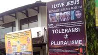 """Baliho """"I Love Jesus, Jesus is Moslem"""" terpasang di beberapa titik di Kota Cilacap, Jawa Tengah. (Foto: Liputan6.com/Taufik untuk Muhamad Ridlo)"""