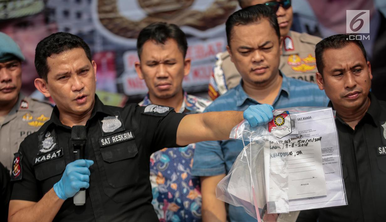 Kasat Reskrim Polres Metro Jakarta Barat, AKBP Edy Suranta Sitepu menunjukan barang bukti saat rilis  terkait kasus pengeroyokan dan premanisme di Polres Jakarta Barat, Jumat (23/11). (Liputan6.com/Faizal Fanani)
