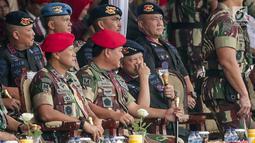 Panglima TNI Marsekal Hadi Tjahjanto berbincang dengan Kapolri Jenderal Tito Karnavian saat menghadiri peringatan ulang tahun ke-67 Komando Pasukan Khusus (Kopassus) di Markas Kopassus, Cijantung, Jakarta, Rabu (24/4). (Liputan6.com/Faizal Fanani)
