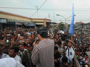 Ribuan orang berkumpul menutup jalan di depan Pasar Induk Kajen, Jalan Diponegoro, Pekalongan, Kamis (19/6/2014) (Liputan6.com/Herman Zakharia)