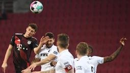Bek Bayern Munchen, Benjamin Pavard, berusaha menyudul bola saat menghadapi Augsburg dalam laga lanjutan Liga Jerman di WWK Arena, Kamis (21/1/2021) dini hari WIB. Bayern Munchen menang 1-0 atas Augsburg. (AFP/Andreas Gebert/pool)