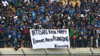 Bobotoh Persib membentangkan spanduk protes kepada pelatih Miljan Radovic saat laga melawan Persebaya di Stadion Si Jalak Harupat dalam Piala Presiden 2019, Kamis (7/3/2019). (Bola.com/Erwin Snaz)
