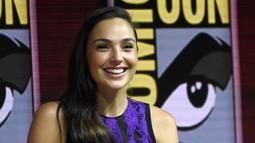 Aktris Gal Gadot tersenyum saat menghadiri panel film Wonder Woman 1984 di San Diego Comic-Con International, (21/7). Film superhero wanita ini siap ditayangkan pada 2019. (AP Photo/Chris Pizzello)