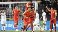 Striker Timnas China, Wu Lei, selebrasi bersama rekan di Timnas China seusai menjebol gawang Filipina di Piala Asia 2019 (11/1/2019). (AFP/Khaled Desouki)