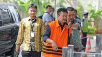 Bupati Jombang Nyono Suharli Wihandoko bersiap menjalani pemeriksaan di Gedung KPK, Jakarta, Jumat (9/2). KPK menduga uang suap untuk Nyono berasal dari kutipan jasa pelayanan kesehatan dari puskesmas di Jombang. (Liputan6.com/Herman Zakharia)