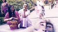 Rina Nose berpose dengan monyet di Ubud, Bali (dok. Instagram @rinanose16/https://www.instagram.com/p/Bw93jLtnbhY/Fairuz Fildzah)