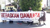 Puluhan jurnalis dari organisasi profesi jurnalistik melakukan aksi solidaritas menolak kriminalisasi eks Pemimpin Redaksi Banjarhits, Diananta Putra di PN Kotabaru. (Liputan6.com/ Abelda Gunawan)