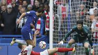 Bek Arsenal Laurent Koscielny mencoba memblok tendangan gelandang Chelsea Pedro Rodriguez saat tinggal berhadapan dengan kiper Petr Cech. Arsenal menahan imbang Chelsea 0-0 dalam lanjutan Liga Inggris di Stamford Bridge, Minggu (17/9/2017). (AP Photo/Tim